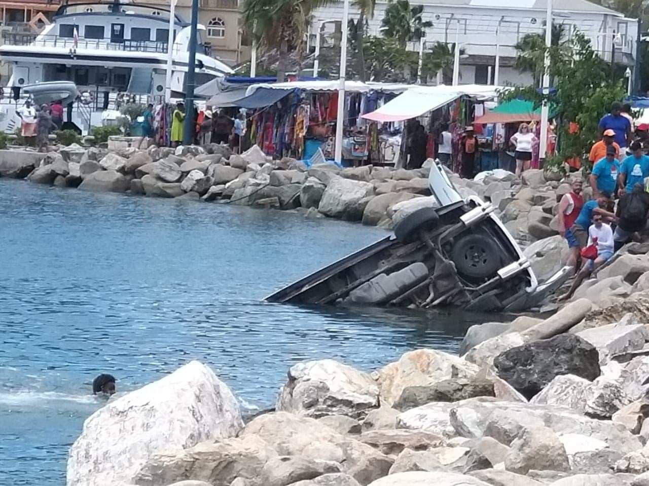 Spectaculaire accident de taxibus à Saint-Martin