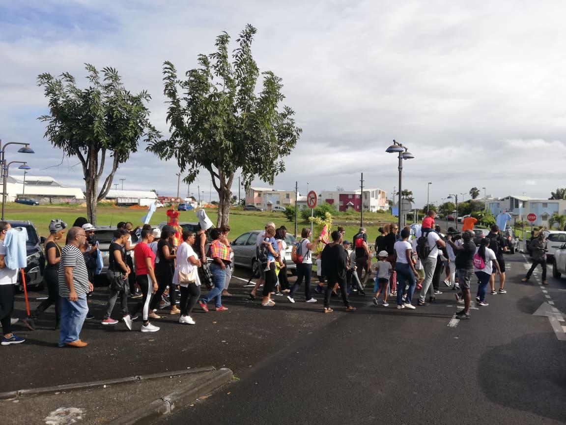 Les parents d'élèves de Baie-Mahault marchent dans la ville