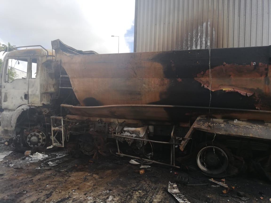 13 véhicules calcinés suite à un incendie dans la zone industrielle de Jambette