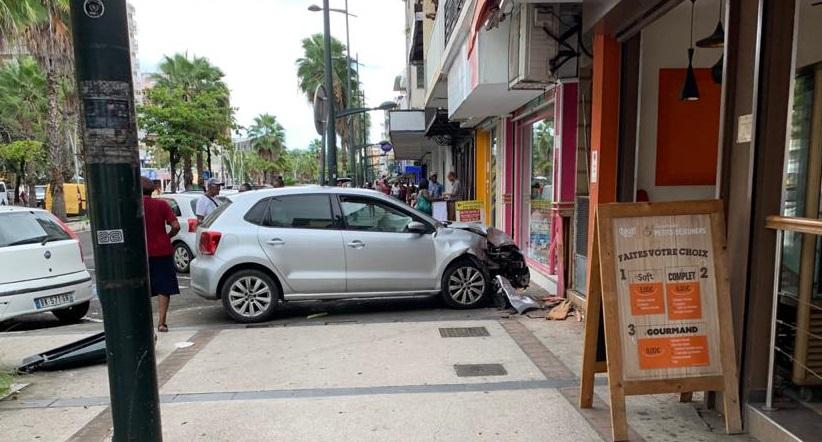 Une voiture fonce dans la devanture d'un fleuriste