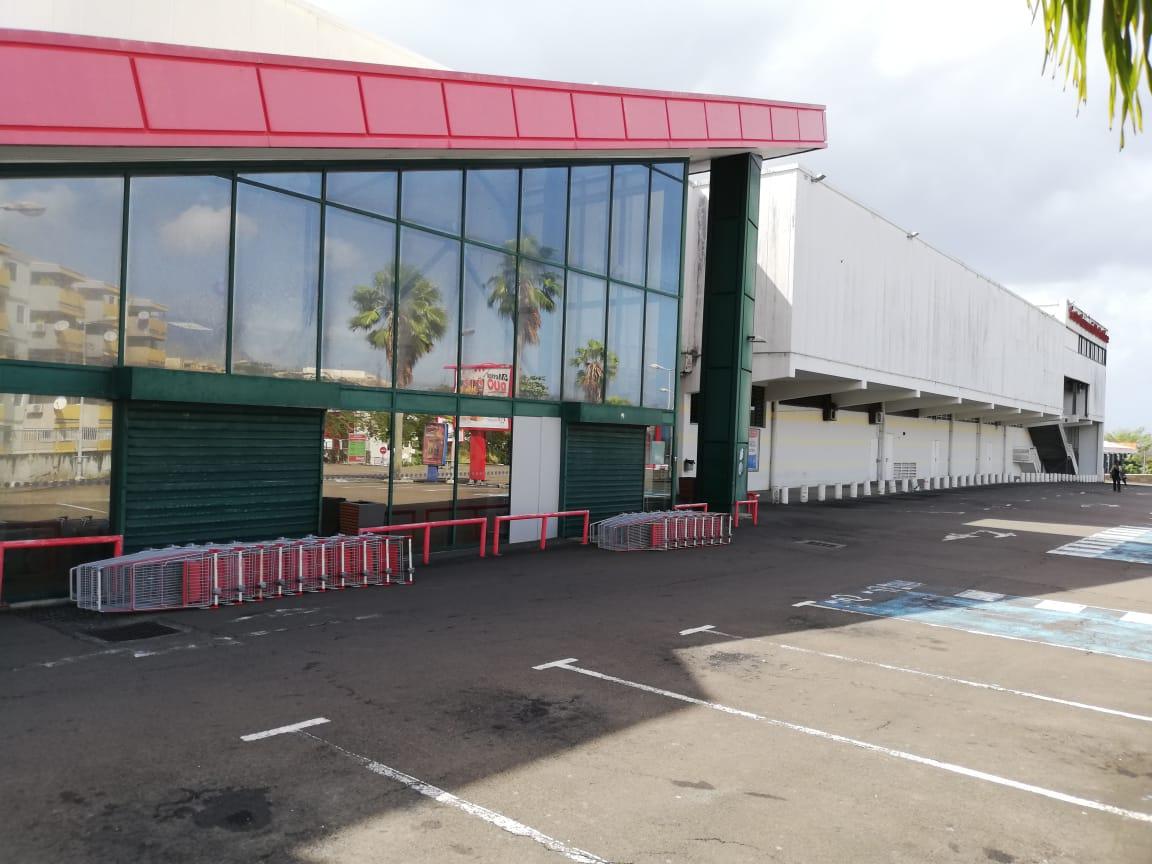 Les employés de l'hypermarché Géant bloquent le centre commercial de Bâtelière