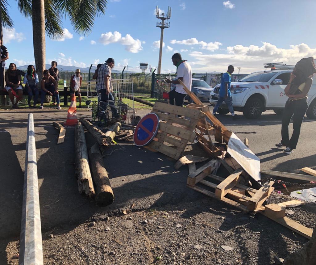 Mobilisation à l'aéroport Martinique Aimé Césaire