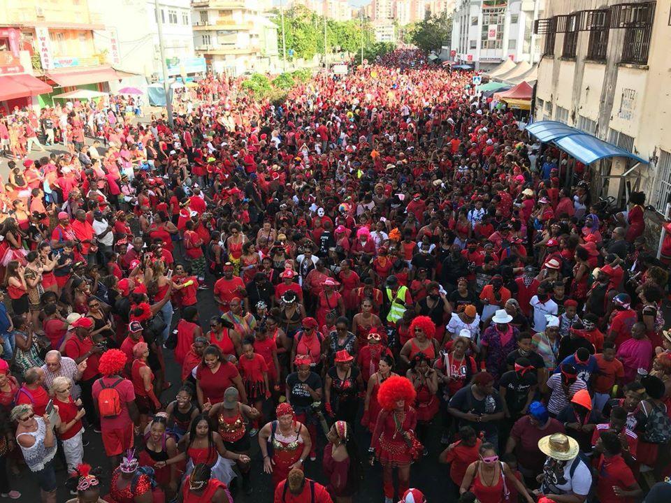 Le char RCI/NRJ/Bel radio au cœur du carnaval