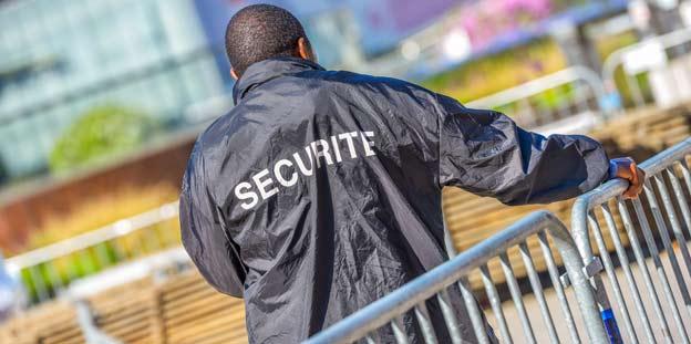 Un agent de sécurité frappe violemment un homme lors du carnaval