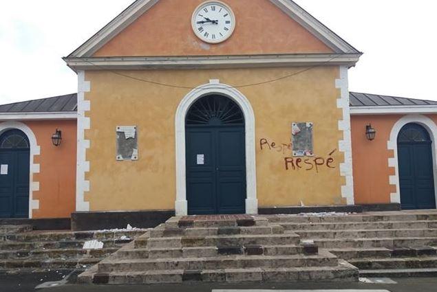 Destruction de deux plaques dédiées à Joséphine et à Léon Papin Dupont sur la façade de l'église des Trois-Îlets