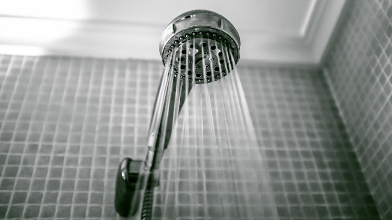 Il tente d'agresser sexuellement une sexagénaire sous la douche