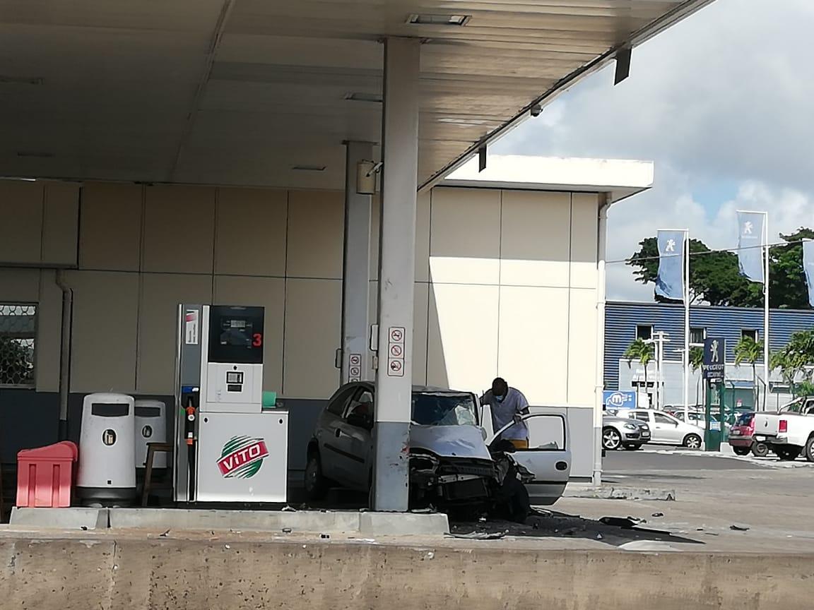 Une voiture percute un pylône en béton de la station du Larenty