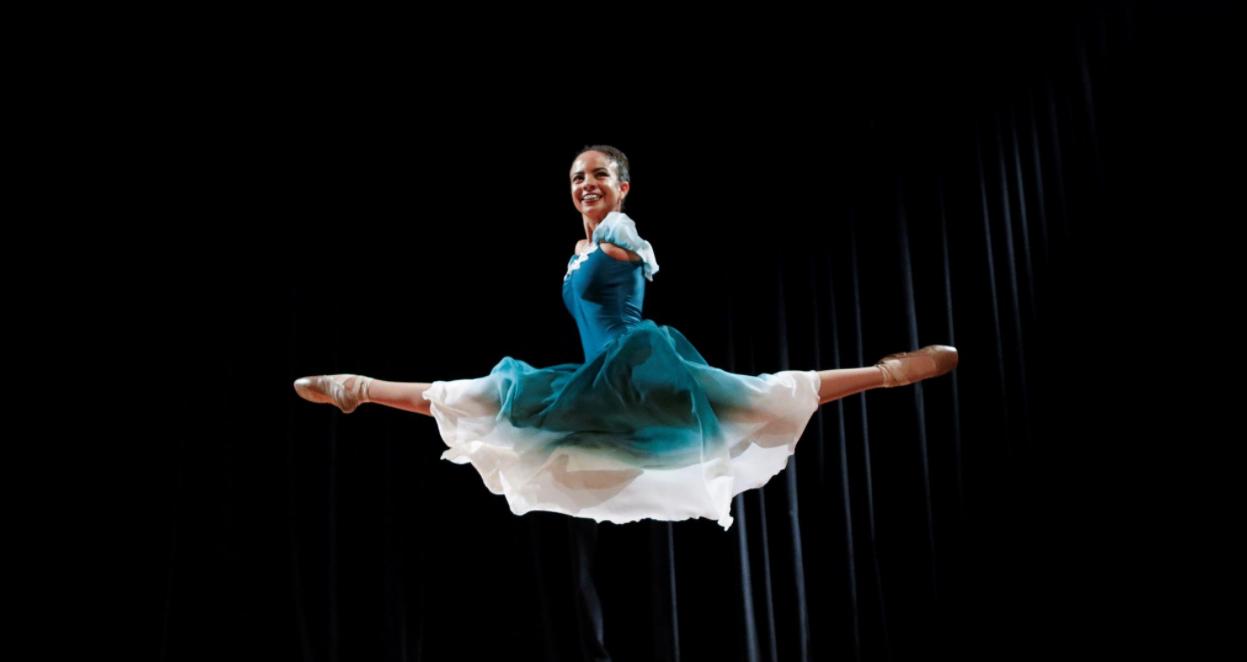 Vitória Bueno Boche, jeune ballerine brésilienne née sans bras, inspire les réseaux sociaux