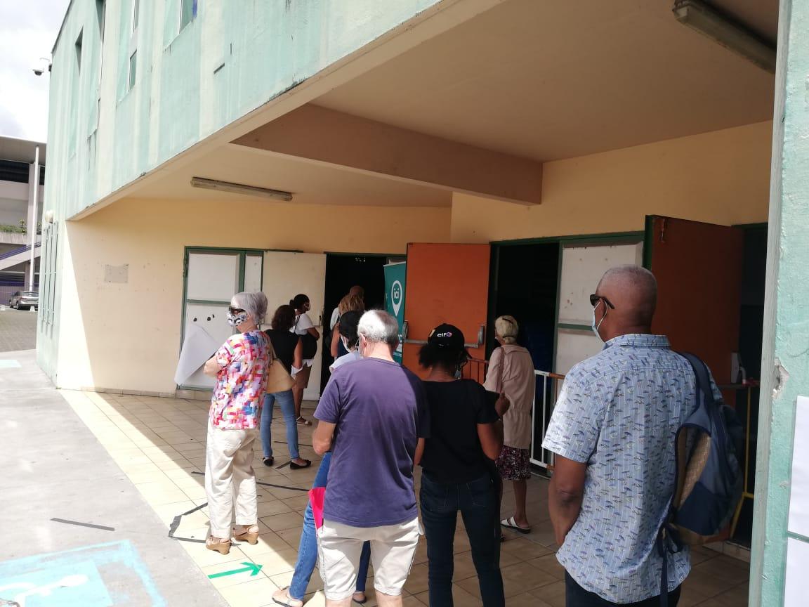 De nombreux Martiniquais inaugurent le vaccinodrome du Lamentin