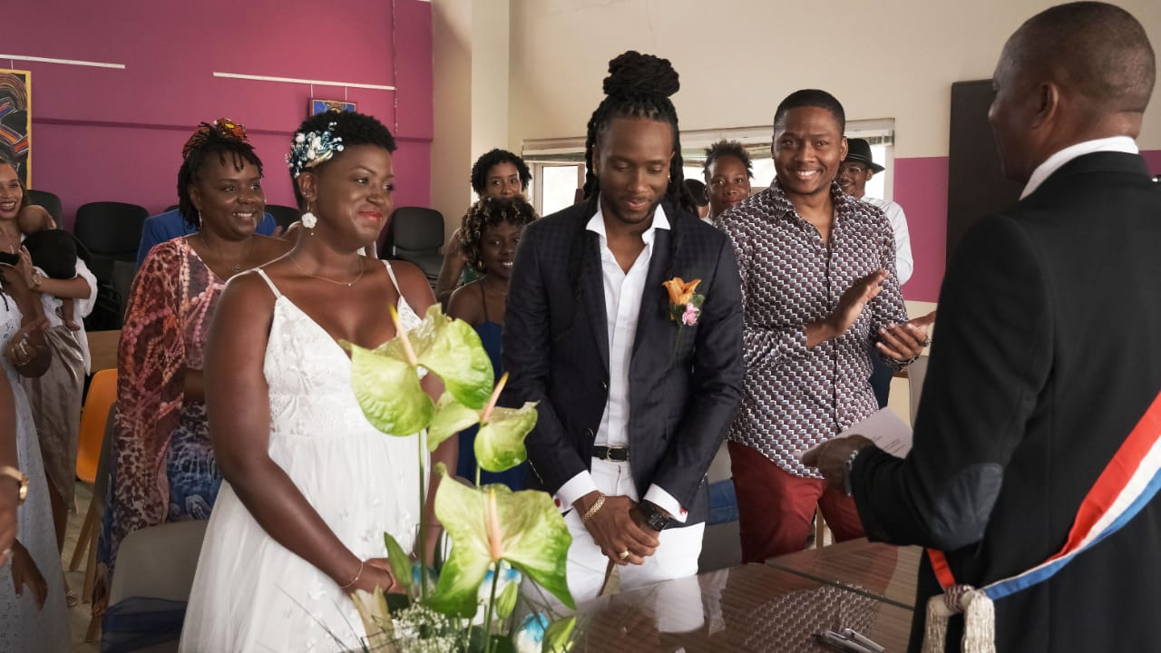 Les photos de mariage de l'humoriste Bobi fuitent sur les réseaux sociaux