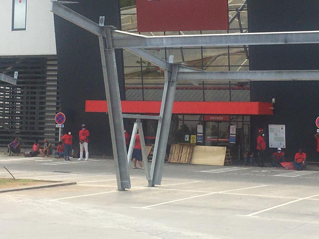 Le magasin But au Lamentin bloqué par les salariés