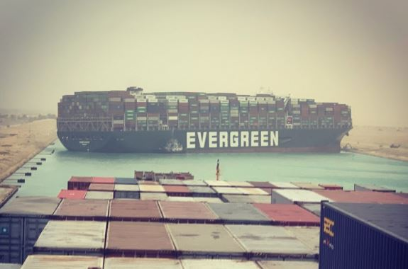 Trafic maritime : le canal de Suez en Egypte bloqué par un porte-conteneur