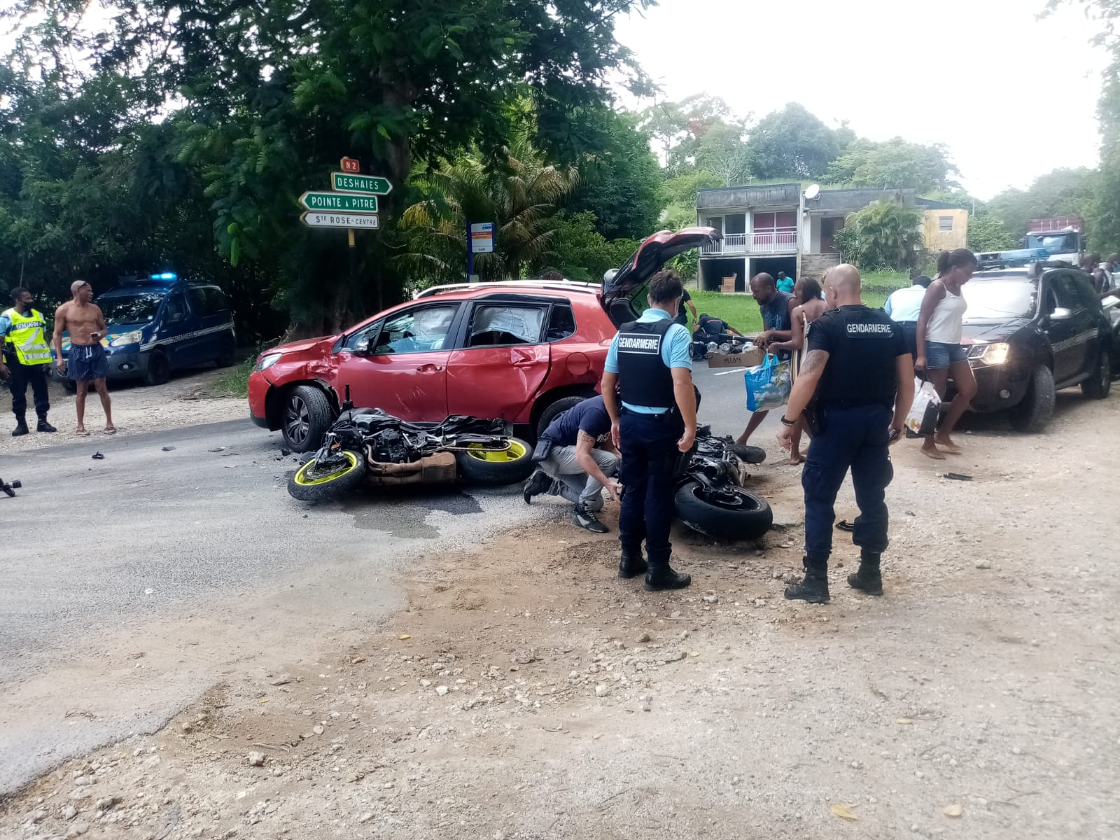 Un accident entre deux motos et une voiture à Sainte-Rose