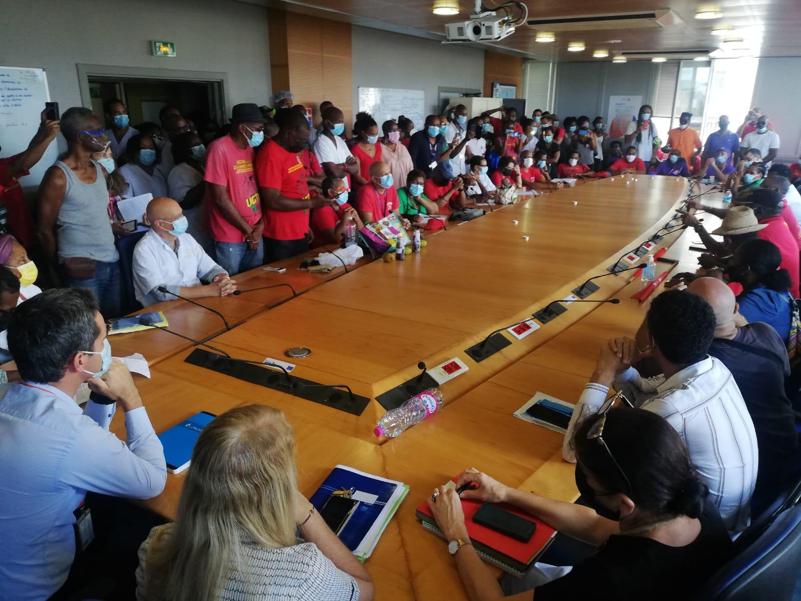 Les syndicats contre l'obligation vaccinale du personnel de santé ont été reçus par le directeur du CHUM