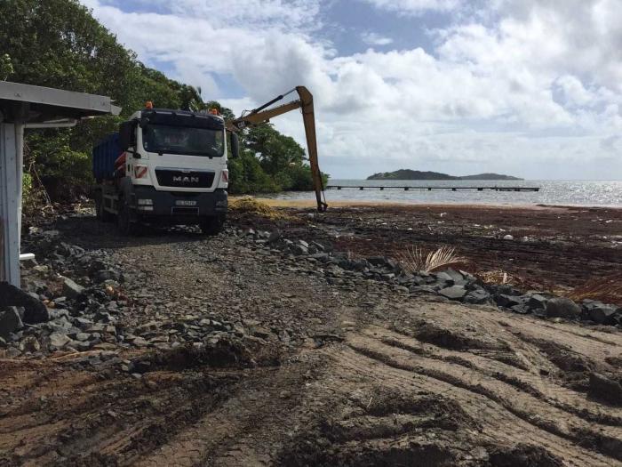 Algues Sargasses : les travaux de ramassage se poursuivent au quartier de Frégate Est 2 au François