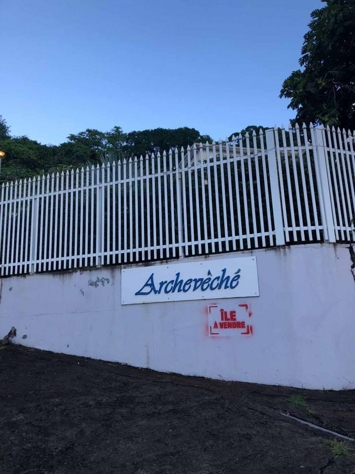 """Des tags """"Île à vendre"""" sur des monuments publics en Martinique : l'évêché visé"""