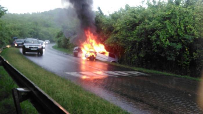 Deux voitures prennent feu après un accident aux Trois-Ilets