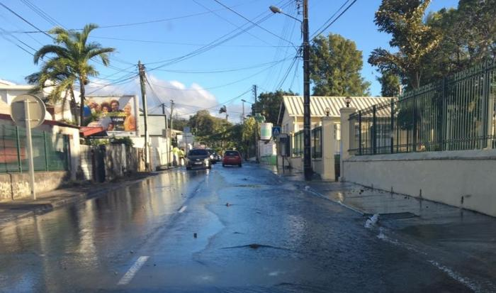 Importante fuite d'eau sur la route de Didier