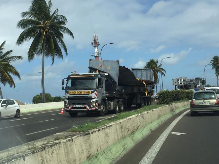 Le chargement d'un convoi exceptionnel tombe sur l'autoroute