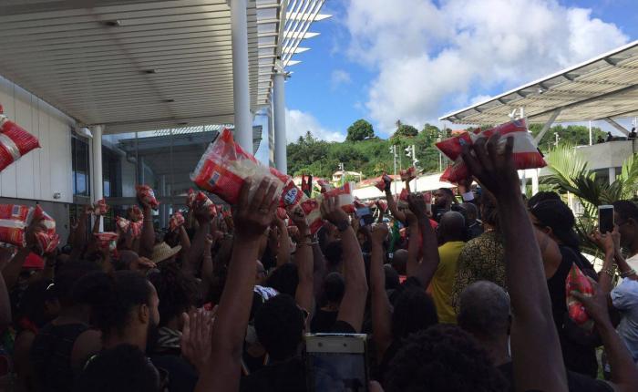 Près de 200 personnes à l'assaut du centre commercial Génipa à Ducos