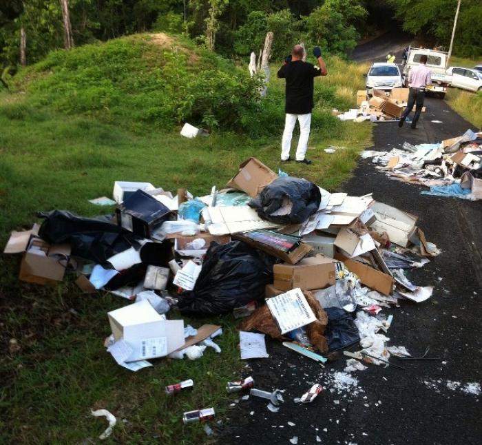 Un barrage d'ordures sur la route de Tiquince à Sainte-Anne
