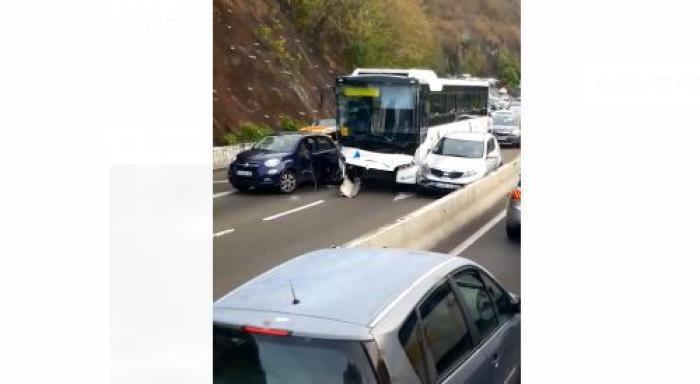 Un bus et trois voitures se sont percutés sur la Rocade