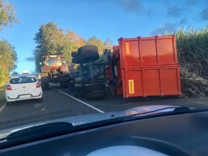 Un camion de cannes sur le flanc à Sainte-Rose (Mambia)