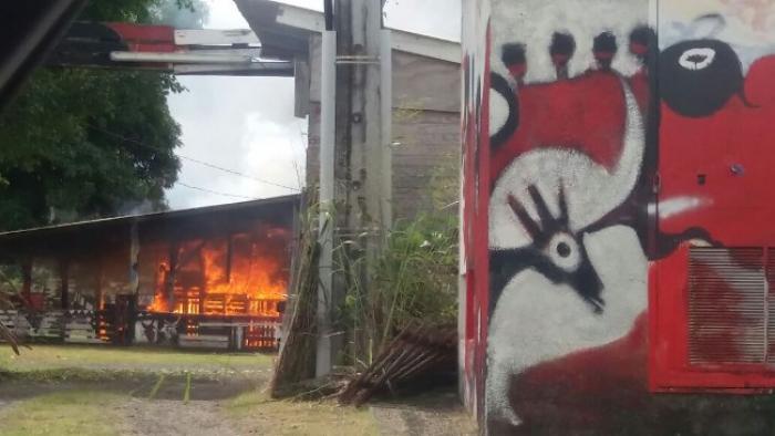 Un incendie spectaculaire au local de Mas Ka Klé