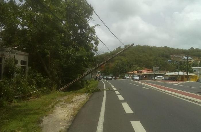 Un poteau électrique est tombé sur la Riviéra
