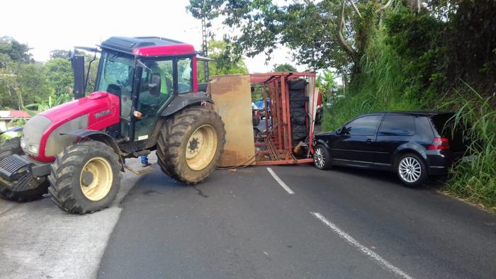 Un tracteur perd son chargement de banane et bloque la route entre le Gros-Morne et Saint-Joseph