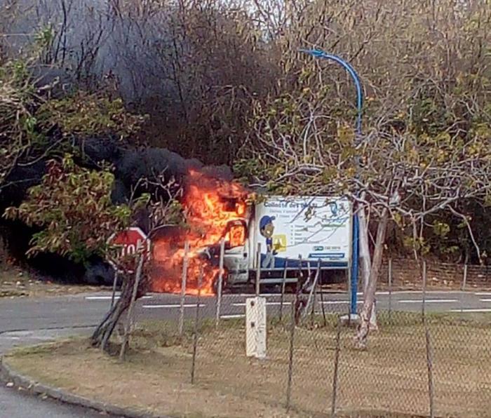 Une camionnette en feu à Sainte-Luce