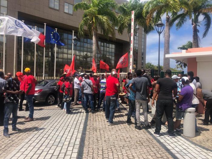 Une cinquantaine de militants de la CSTM devant l'hôtel de la CTM à Plateau Roy