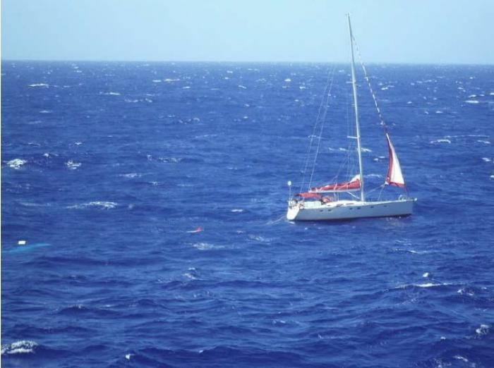 Une famille de 5 plaisanciers évacuée en plein milieu de l'Atlantique
