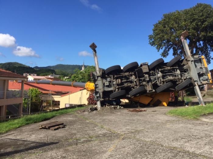 Une grue tombe sur une école aux Trois Ilets