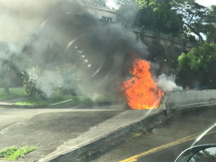 Une voiture en feu sur le tunnel de l'ancienne maternité à Redoute